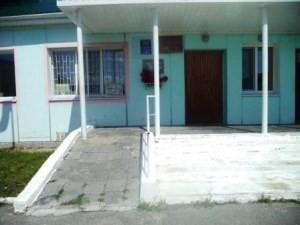 Центральный вход в школу, оснащенный пандусом (1)